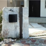 御影石の大きな板石を大胆に使った門柱