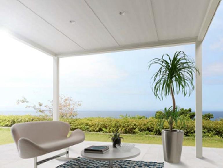 テラス屋根があると、夏は風通しのいいテラスとして、冬は外気から守られたガーデンルームとして、くつろぎの空間を作ることができます。今回は、ライフスタイルに合わせて季節を問わず多目的に活用できるテラス屋根についてご紹介します。