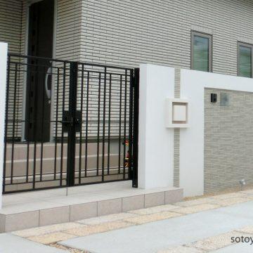 上品に建物に寄り添う門構え