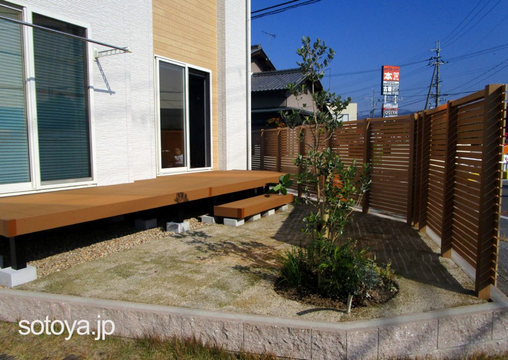 細い格子の素敵な庭空間